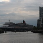 Die Queen Elizabeth bei der Einfahrt in die HafenCity